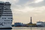 MSC Fantasia lirkar sig ut ur gamla hamnen